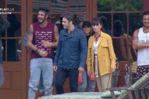 Dani Moreno e Thiago Rodrigues de Amor Sem Igual se dirigem para tomar café da manhã em A Fazenda com os peões (Foto: Reprodução/PlayPlus)