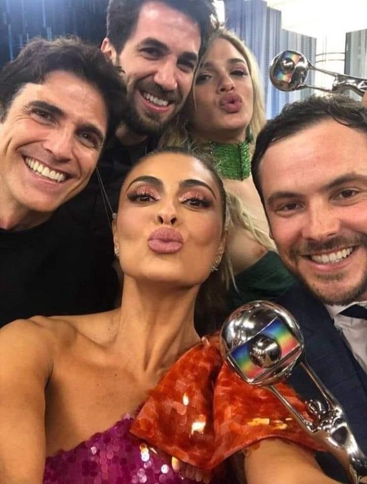 Glamour Garcia foi traída pela roupa em foto publicada por Juliana Paes nos stories da atriz durante a premiação do Melhores do Ano do Faustão da Globo (Foto reprodução)