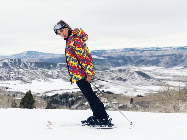 Anitta usa casaco de milhares de reais para esquiar (Foto: Instagram: @anitta)