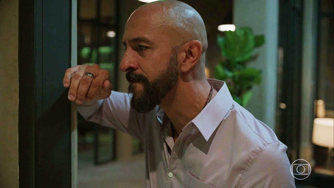 Álvaro furioso em cena da novela das nove Amor de Mãe