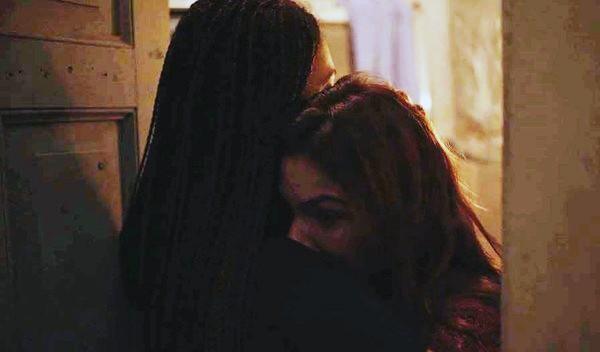 Betina é socorrida por Miriam em Amor de Mãe