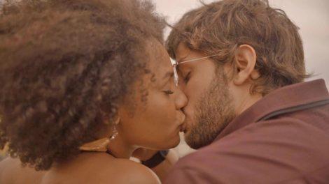 Amor de Mãe: Confira o beijão de Camila (Jéssica Ellen) e Danilo (Chay Suede) / (Foto: Reprodução/TV Globo)