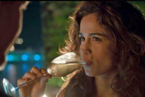 Érica não resiste e começa um romance com Raul em Amor de Mãe