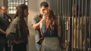 Betina (Isis Valverde) e Magno (Juliano Cazarré) ficam de cara com o assassino de Genilson (Paulo Gabriel) em Amor de Mãe (Foto: Divulgação/TV Globo)