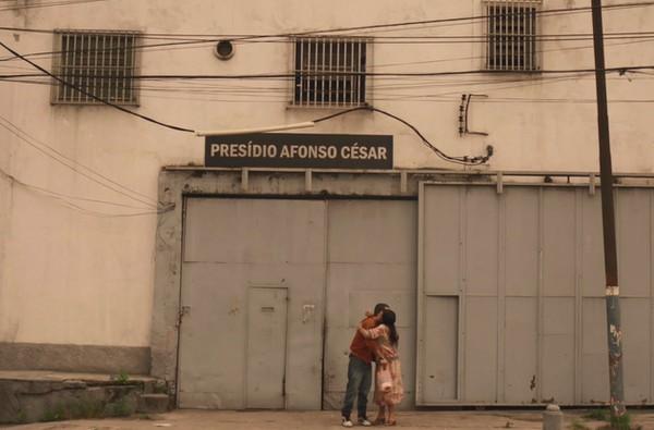 Sandro reencontra Lurdes fora da prisão em cena de Amor de Mãe