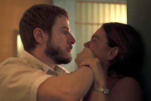 Vicente (Rodrigo Garcia) espanca Betina (Isis Valverde) em Amor de Mãe (Foto: Reprodução/TV Globo)