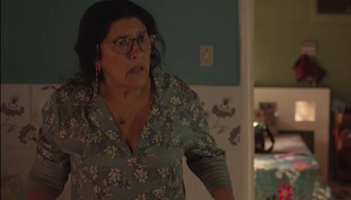 Regina Casé (Lurdes) em cena de Amor de Mãe, que não superou audiência de antecessoras na primeira semana (Foto: Reprodução/Globo)