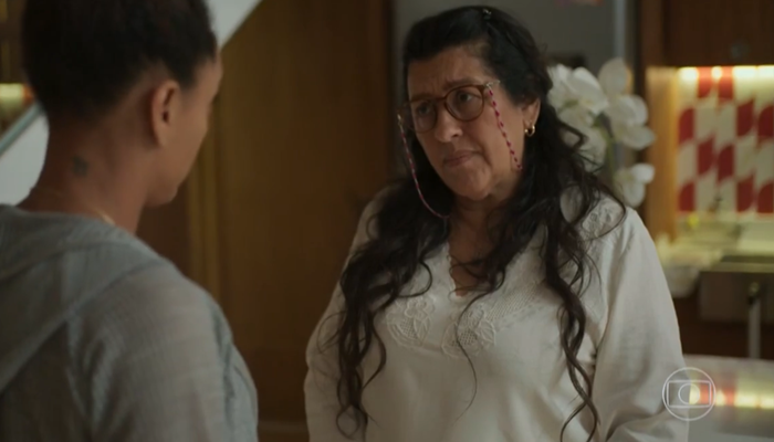 Lurdes (Regina Casé) e Vitória (Taís Araújo) em Amor de Mãe (Foto: Reprodução/TV Globo)