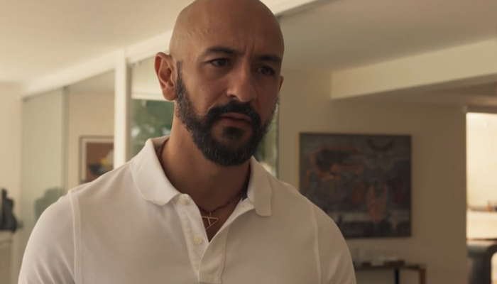 Álvaro (Irandhir Santos) vai desmascarar Amanda (Camila Márdilla) em Amor de Mãe (Foto: Reprodução/Globo)