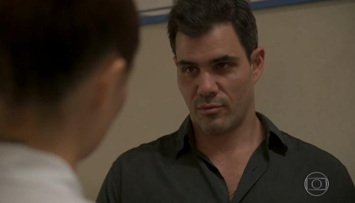 Magno (Juliano Cazarré) surpreenderá em Amor de Mãe e anunciará que vai se casar com Betina (Isis Valverde) (Foto: Reprodução/Globo)