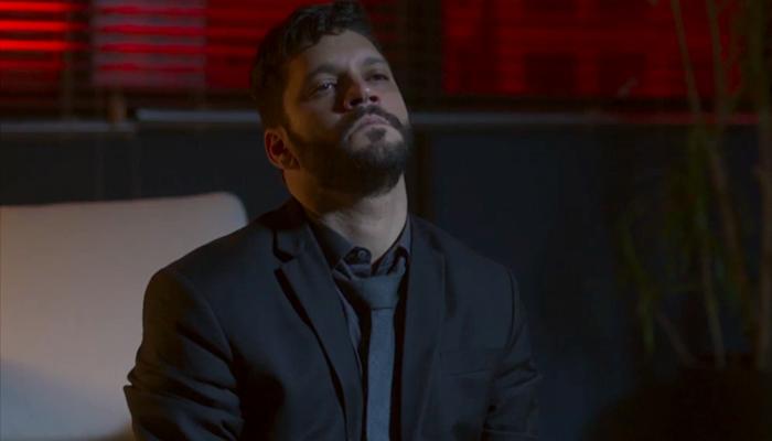 Diogo (Armando Babaioff) vai matar Jeniffer (Nathalia Altenbernd) em Bom Sucesso (Foto: Reprodução/Globo)