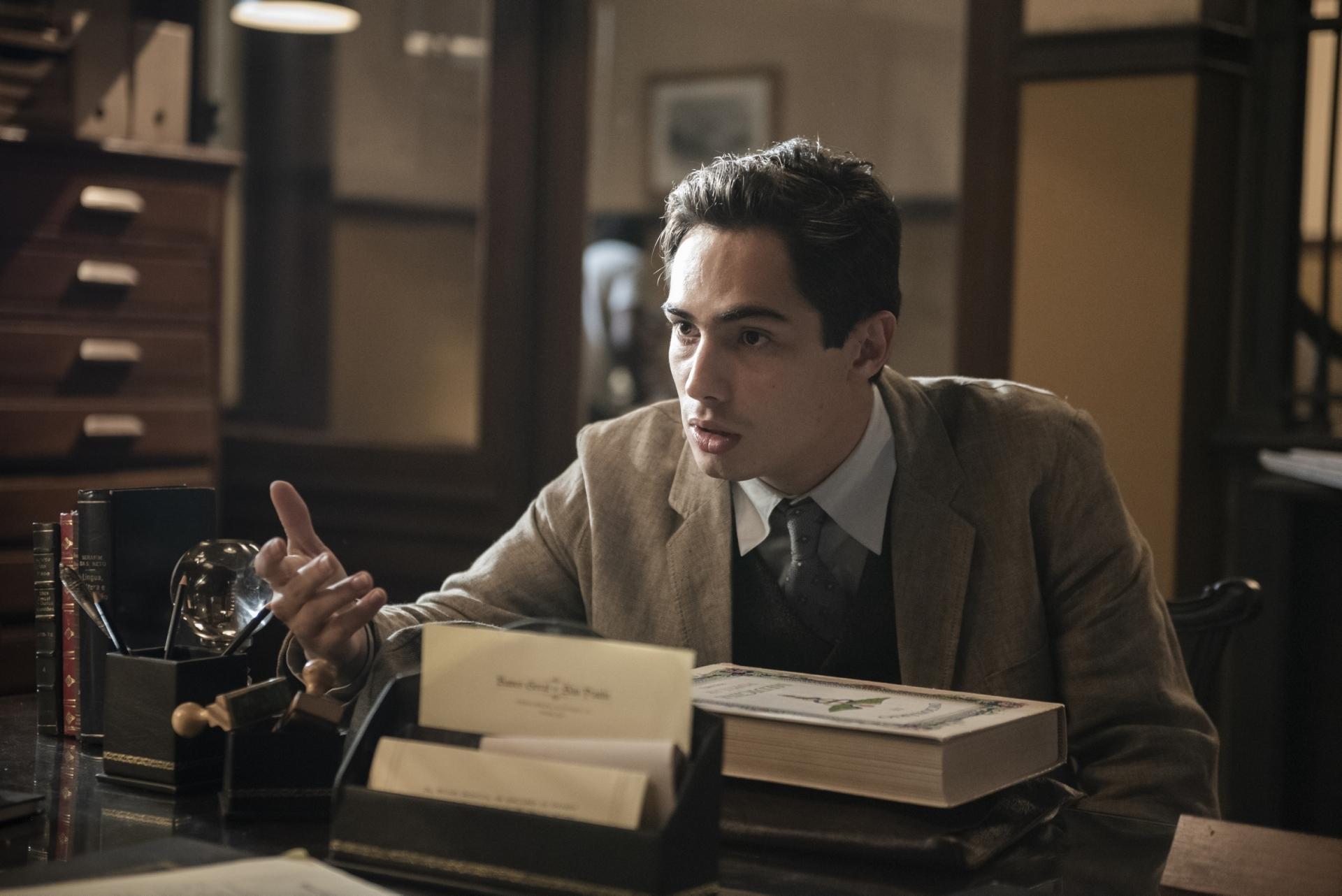 Carlos (Danilo Mesquita) irá aos prantos quando descobrir o motivo de uma das dívidas feitas por seu pai (Imagem: Reprodução)
