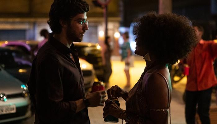 Danilo (Chay Suede) e Camila (Jéssica Ellen) em cena de Amor de Mãe (Foto: Artur Meninea/TV Globo)