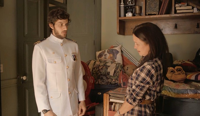 Thelma admira Danilo em cena da novela Amor de Mãe