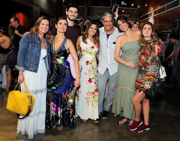 Fátima Bernardes, com os filhos, amigos, William Bonner e Natasha Dantas (Foto: AgNews)