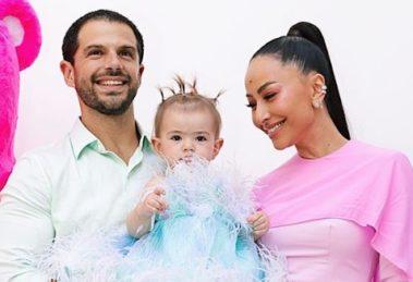 A famosa apresentadora da Record, Sabrina Saro o seu esposo, ator da Globo Duda Nagle e a filha do casa. Zoe (Foto: reprodução Instagram)