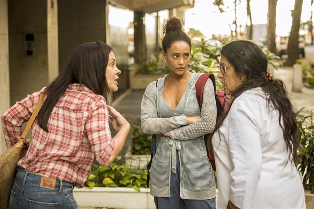 Adriana Esteves (Thelma), Taís Araujo (Vitória) e Regina Casé (Lurdes) em cena de Amor de Mãe (Foto: Globo/João Cotta)