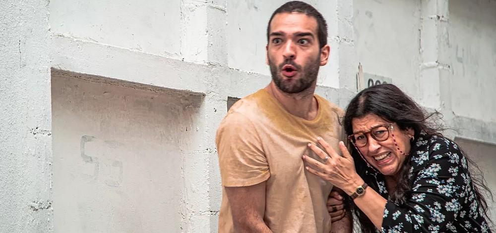 Sandro (Humberto Carrão) e Lurdes (Regina Casé) em Amor de Mãe (Foto: Divulgação/TV Globo)
