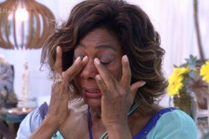 A apresentadora da Globo, Gloria Maria faz homenagem ao rei Roberto Carlos (Imagem: Reprodução)