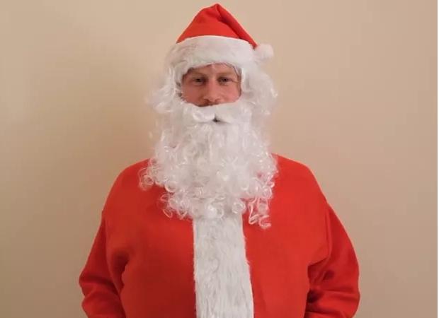 Príncipe Harry se veste de Papai Noel para gravar vídeo a crianças carentes (Foto: Reprodução)