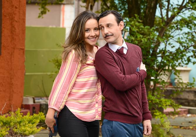 A música de Lindomar bomba na internet e Arlete comemora com o marido em As Aventuras de Poliana