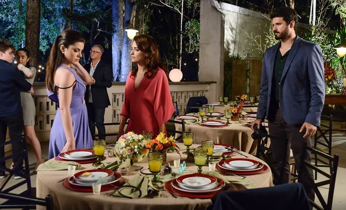Débora faz a cabeça de Luisa e leva a mulher a tomar uma atitude inesperada na novela As Aventuras de Poliana