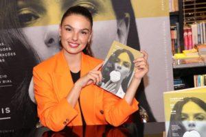 Isis Valverde no lançamento de seu primeiro livro Camélias em Mim. Foto: Rogerio Fidalgo/AgNews