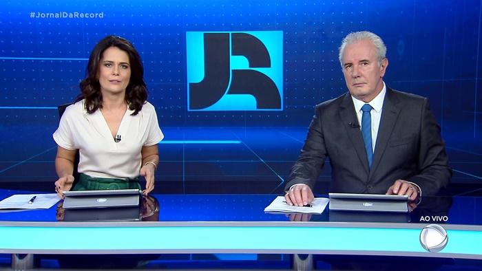 Adriana Araújo e Celso Freitas no comando do Jornal da Record, que cresceu em audiência em novo horário (Foto: Reprodução/Record)