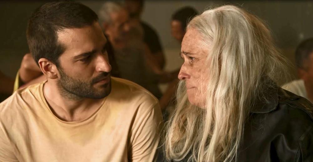Sandro fica emocionado de reencontrar com Katia em Amor de Mãe, ele fica fragilizado ao ver que ela está muito doente