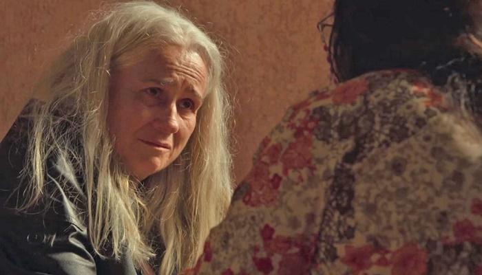 Kátia (Vera Holtz) morrerá nos braços de Lurdes (Regina Casé) em Amor de Mãe (Foto: Reprodução/Globo)