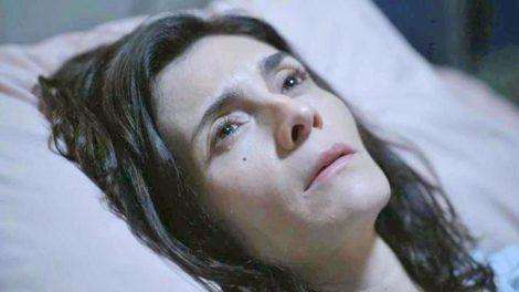 Leila (Arieta Corrêa) vai atormentar Betina (Isis Valverde) em Amor de Mãe (Foto: Reprodução/TV Globo)