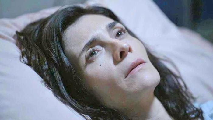 Leila (Arieta Corrêa) despertará do coma em Amor de Mãe e deixará Magno (Juliano Cazarré) desesperado (Foto: Reprodução/Globo)