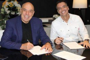 Leo Dias acerta contrato com a RedeTV!; na foto, o jornalista aparece com o presidente da emissora, Amilcare Dallevo Jr. Imagem: Divulgação/RedeTV!