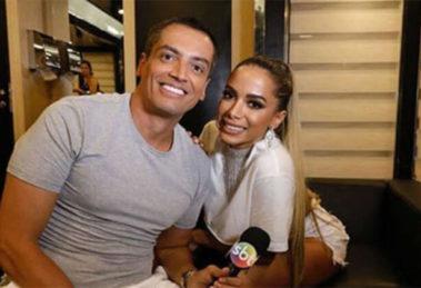 O jornalista Leo Dias nos bastidores de uma de suas entrevistas com a cantora (Foto: Reprodução)