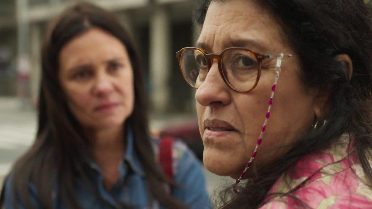 Lurdes (Regina Casé) tem conversa com Thelma em Amor de Mãe (Adriana Esteves) (Foto: Reprodução/Globo)
