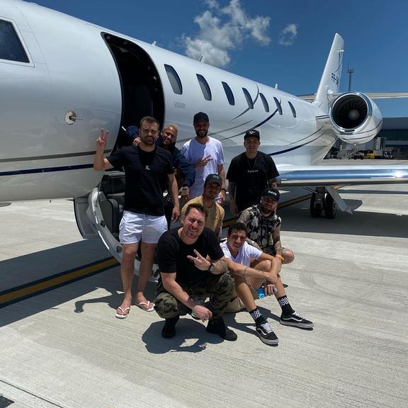 Neymar Jr. e Gabriel Medina viajam para Bahia com seus amigos de jatinho para curtir final de ano (Foto: Reprodução)