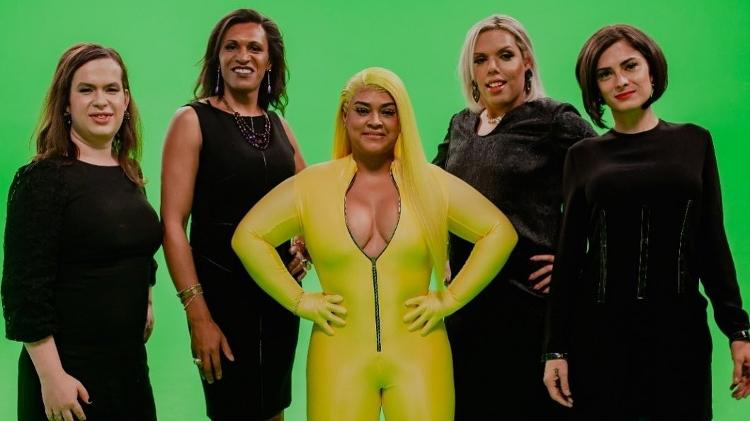 Preta Gil entre as mulheres transexuais que participam do seu clipe Só o Amor