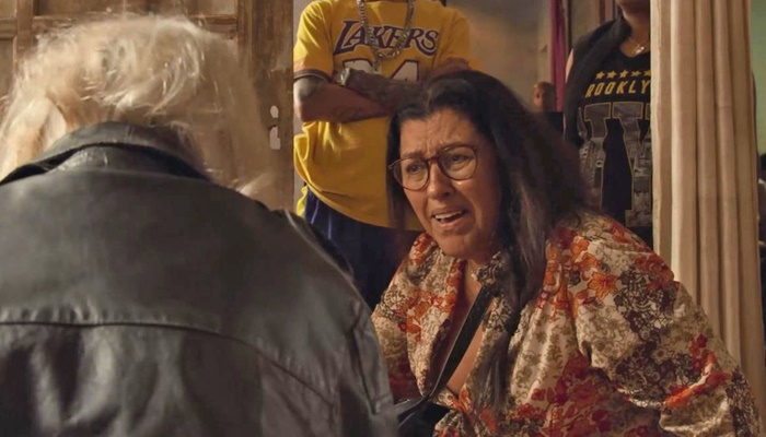 Lurdes (Regina Casé) é surpreendida com revelação de Kátia (Vera Holtz) sobre Domênico (Foto: Reprodução/Globo)