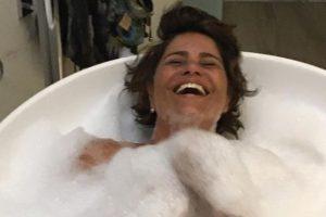 Valéria Alencar ganhou um banho de espuma do maridão João Vitti, os dois são pais de Francisco e Rafael Vitti (Imagem: Instagram)
