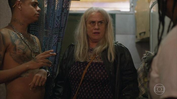 Kátia (Vera Holtz) falará para Lurdes (Regina Casé) que Sandro (Humberto Carrão) é Domênico na novela das nove da Globo (Foto: Reprodução/Globo)