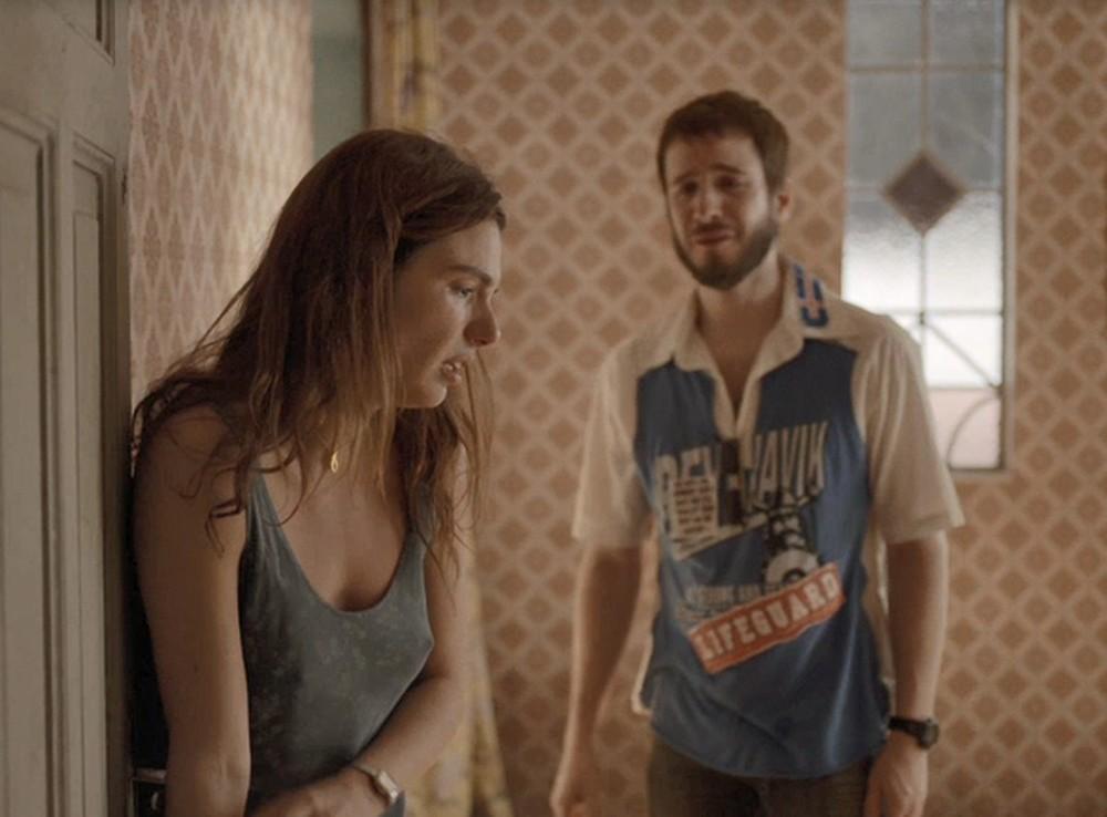 Betina apanhará do ex-namorado na novela Amor de Mãe (Foto: Reprodução)