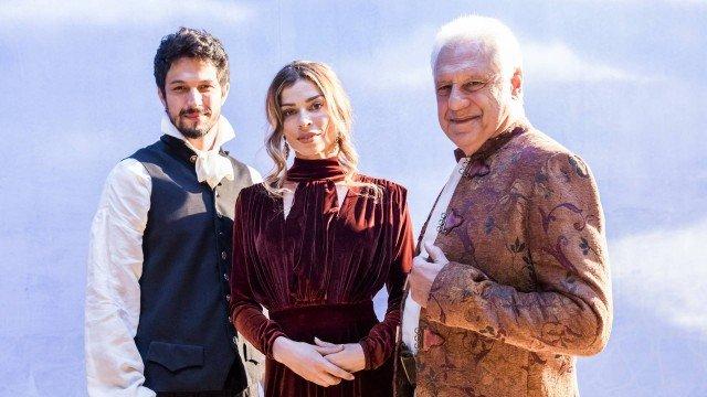 Marcos (Romulo Estrela), Paloma (Grazi Massafera) e Alberto (Antonio Fagundes) caracterizados como personagens de Shakespeare