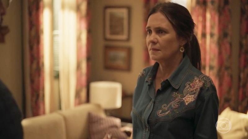 Thelma (Adriana Esteves) decidirá viajar com Gabo na novela Amor de Mãe (Foto: Reprodução/Globo)