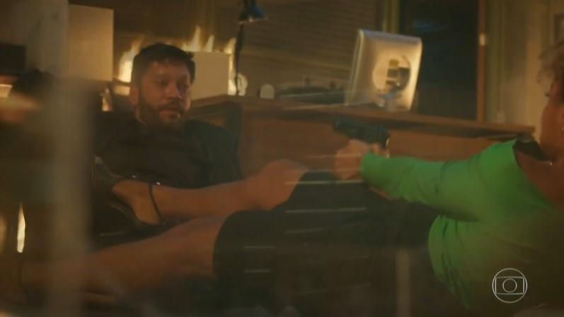 Diogo (Armando Babaioff) foi dado como morto junto com Gisele (Sheron Menezzes), mas os dois podem estar vivos em Bom Sucesso (Foto: Reprodução/Globo)