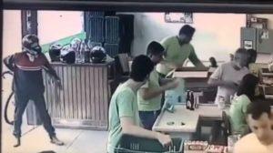 Tentativa de assalto frustrada (Foto: Reprodução/Twitter)