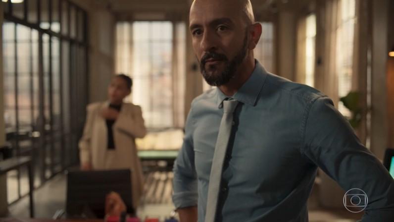 Álvaro (Irandhir Santos) em cena de Amor de Mãe (Foto: Reprodução/Globo)
