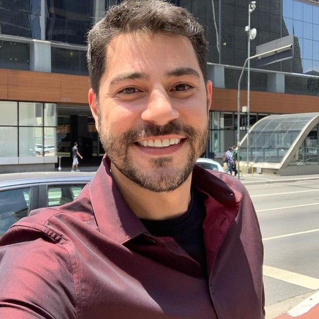 O apresentador Evaristo Costa posa em frenta a sede da CNN Brasil (foto: reprodução/Instagram)
