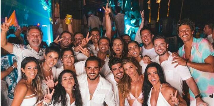 Grazi Massafera é clicada com a mão nas partes íntimas de Caio Castro em meio a festa com amigos (Foto: Reprodução/Instagram)