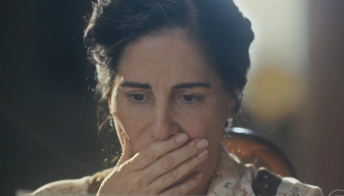 Lola (Gloria Pires) vai ficar desesperada ao encontrar a irmã caída no chão em Éramos Seis (Foto: Reprodução/Globo)