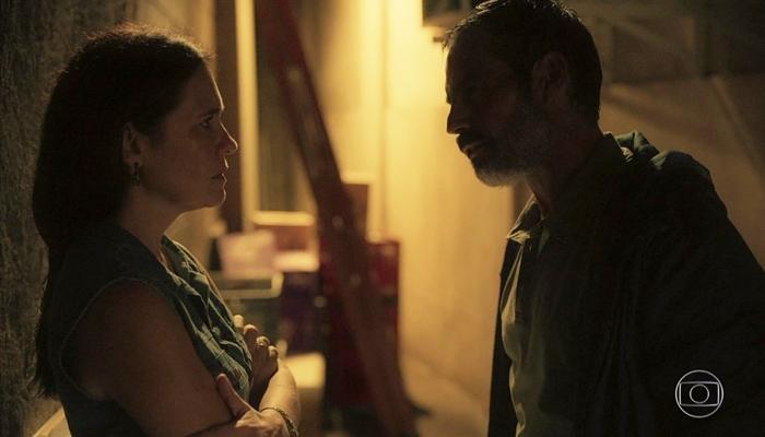 Thelma (Adriana Esteves) ajudará Gabo (Felipe Duarte) a escapar da polícia em Amor de Mãe (Foto: Reprodução/Globo)